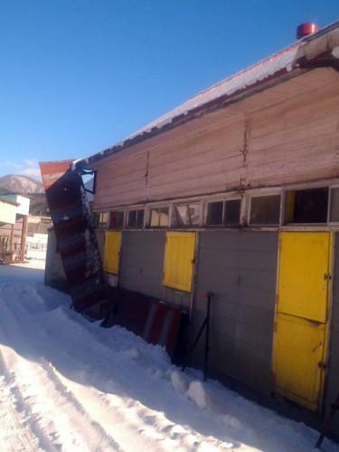 壊れた本場の厩舎の軒先