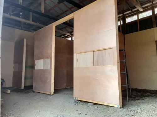 建設中の厩舎